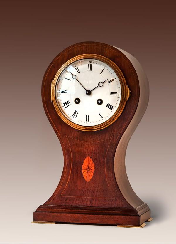 Balloon clock Mahoniehouten kast met inlegwerk. Engeland, ca 1890