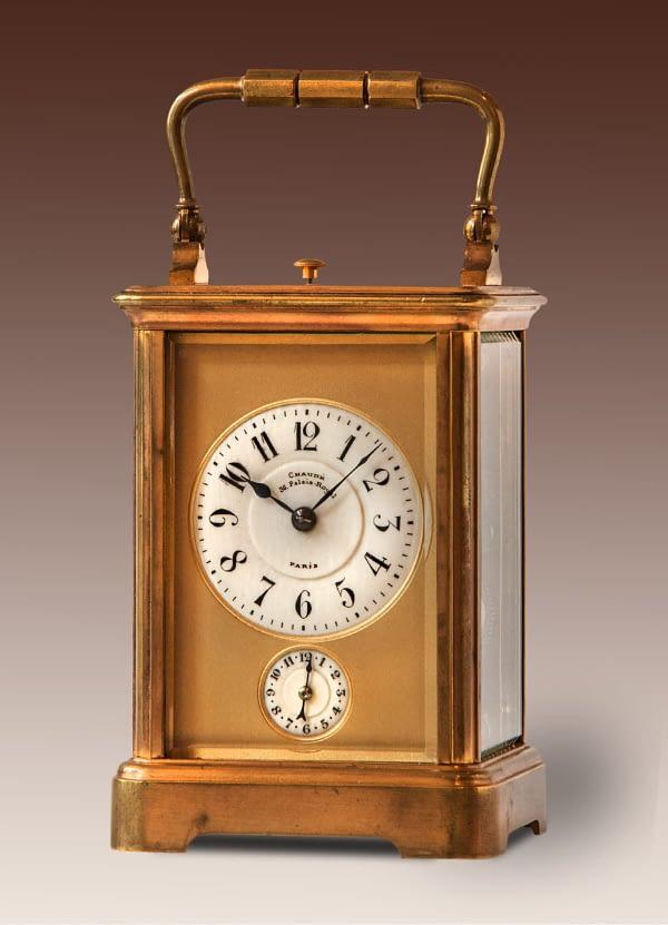 Franse reisklok in Corniche kast. Wijzerplaat gesigneerd Chaudé, 36 Palais Royal, PARIS. uurwerk en kast met stempel.