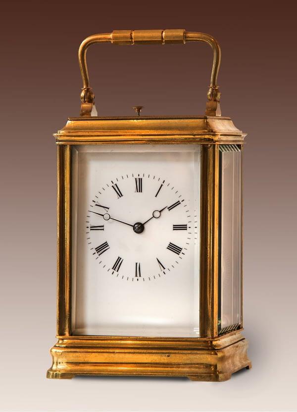 """Franse reisklok in Cannelee kast. Op het uurwerk gestempeld """"AM"""" (Francois-Arsène Margaine, Parijs)."""