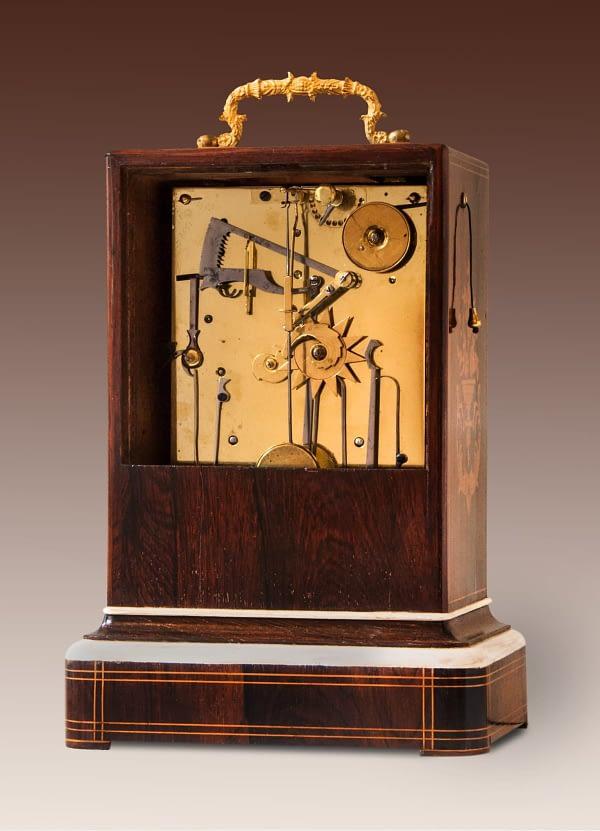 Louis Philippe pendule/capucine in palissander- met rozenhout gefineerde kast. Gesigneerd Richard à Lyon.