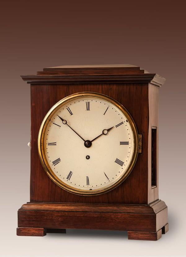 Engelse tafelklok (time piece) in een met palissanderhout gefineerde kast. 8-daags uurwerk met ankergang en snek. Datering midden 19e eeuw