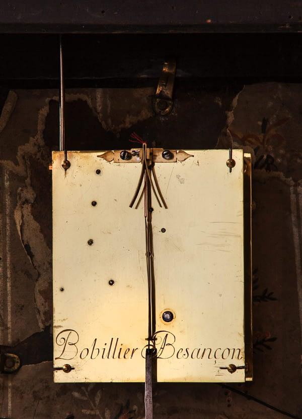 Religieuze Op het uurwerk gesigneerd Bobillier à Bescanson. 60-uurs uurwerk met spillegang en cycloïdeboogjes. Gravure achterplatine.
