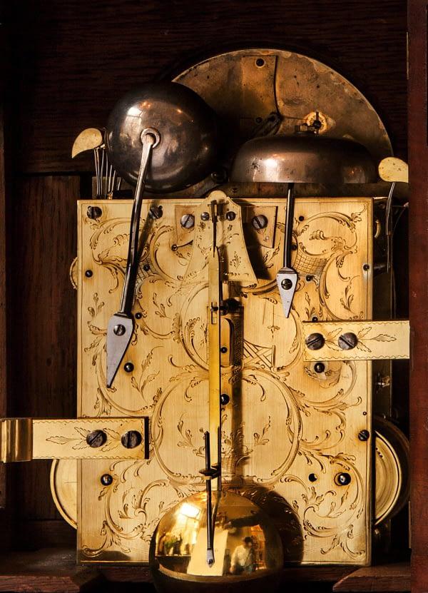 Bracketclock. Gesigneerd Charles Cabrier, London. 18e eeuw. Gravure achterzijde