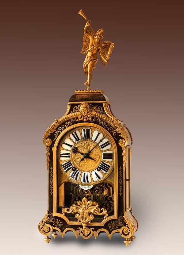Louis XIV tafelklok belijmd met maquetterie boulle. Onder de wijzerplaat en op het uurwerk gesigneerd Rabby à Paris. ca 1700.