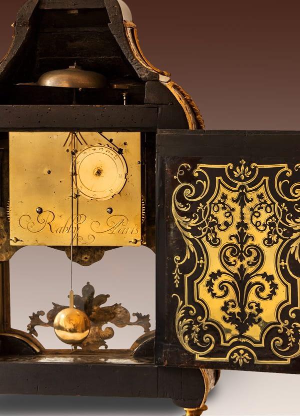 Louis XIV tafelklok belijmd met maquetterie boulle. Onder de wijzerplaat en op het uurwerk gesigneerd Rabby à Paris. ca 1700. Gravure achterzijde.