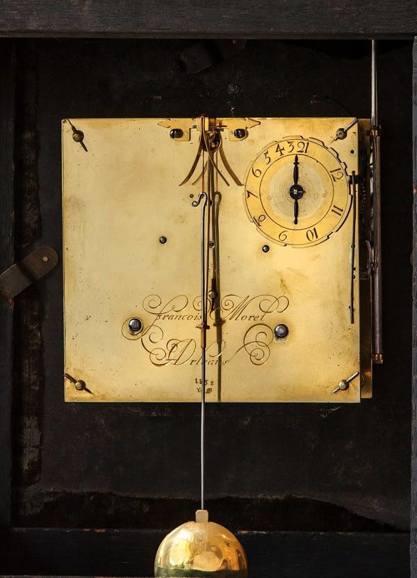 Religieuze klok. Op het uurwerk gesigneerd François Morel à Orléans. 18e eeuw. Parijs. Gravure achterplatine.