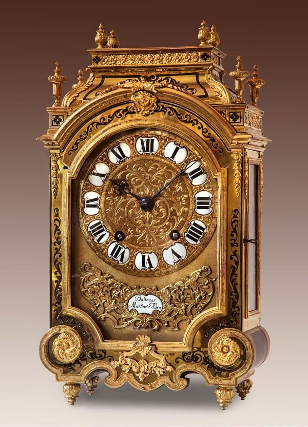 Louis XIV-tafelklok belijmd met contre-boulle. Op de wijzerplaat en op het uurwerk gesigneerd Balthazard Martinot à Paris.