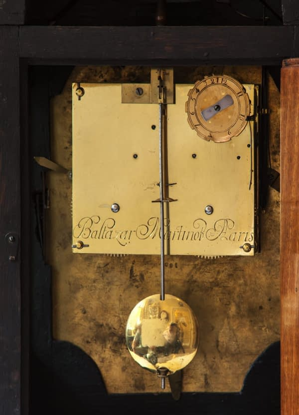 Louis XIV-tafelklok belijmd met contre-boulle. Op de wijzerplaat en op het uurwerk gesigneerd Balthazard Martinot à Paris. Gravure achterplatine. Vuurverguld