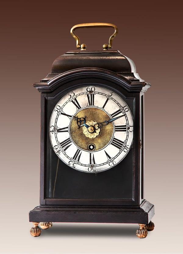 Klein Zwitsers tafelklokje. Op het uurwerk gesigneerd Terrot & Thuillier à Geneve. 18e eeuw.