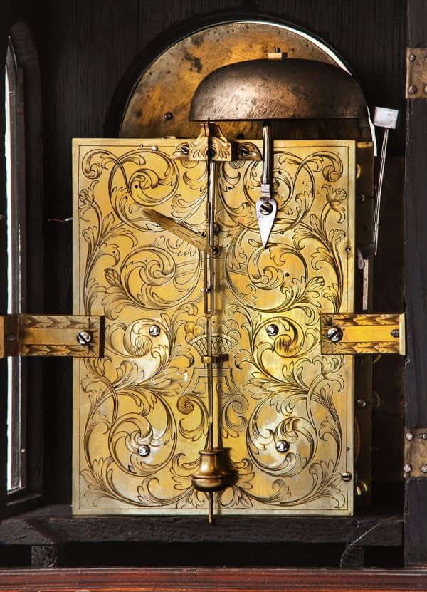 Bracketclock. Gesigneerd Godfry Poy, London. circa 1730. Gravure achterzijde.