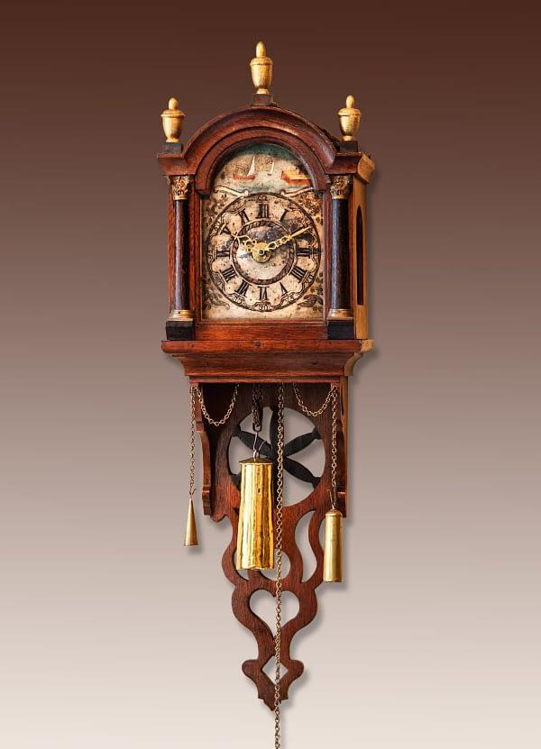 Fries staartschippertje. Doorleefde wijzerplaatschildering met botters onder zeil. 1-dags uurwerk met slagwerk en wekkerwerk. 19e eeuws