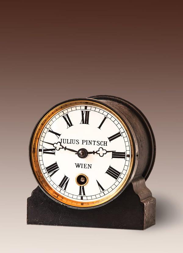 Industriële klok Emaille wijzerplaat gesigneerd Julius Pintsch, Wien. Wenen, Oostenrijk.