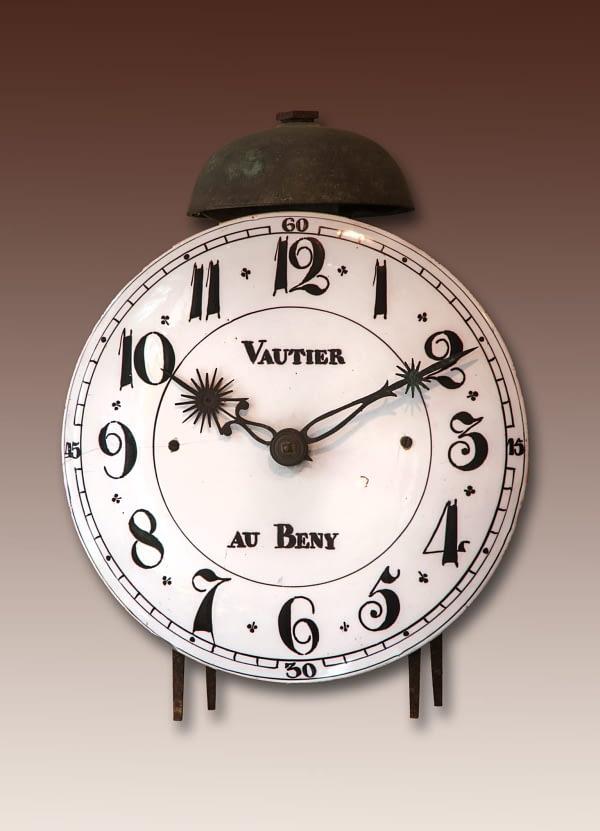 Normandische lantaarnklok Faïence wijzerplaat met Arabische cijfers en kwartierindicatie Gesigneerd Vautier à Beny
