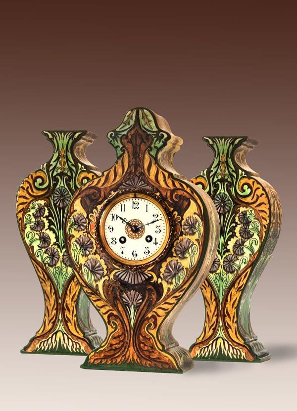 Faïence pendulestel Rozenburg pendule met bijbehorende vazen in Art Nouveau-stijl.