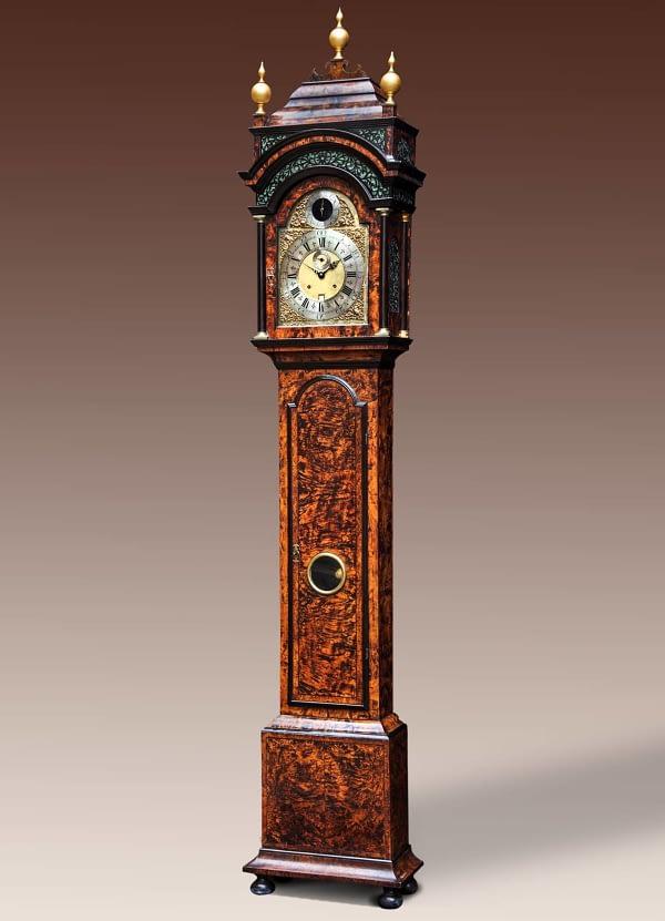 Longcase clock Engelse long case clock in een met elzenwortel gefineerde eikenhouten kast. Thomas Tompion like.