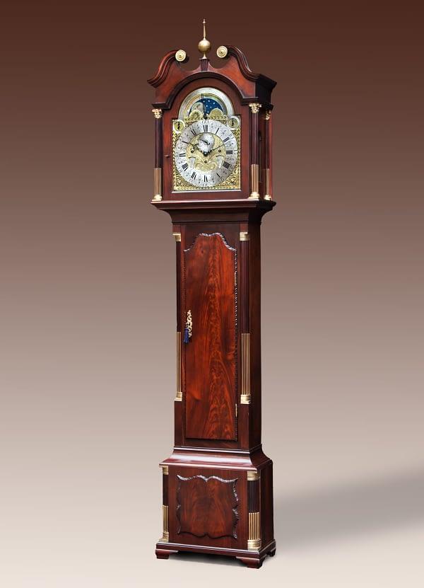 Staand horloge in massieve Cuba-mahoniehouten kast. Gesigneerd Pieter van Putte, Amsterdam. Wijzerplaat met volledig kalenderwerk, maanstand en seconden aanwijzing. Melodie.