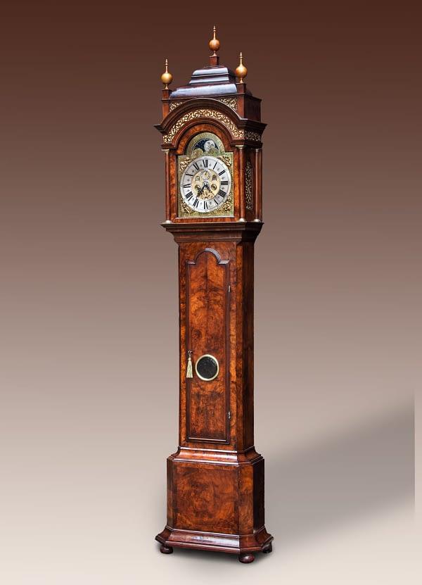 Amsterdams staand horloge Staand horloge met een noten- en wortelnoten-hout gefineerde kast. Gesigneerd Adolf Witsen, Amsterdam.