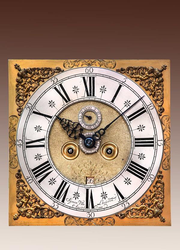 Amsterdams staand horloge Staand horloge in een met notenhout gefineerde kast. Gesigneerd Sijmon van Leeuwen, Amsterdam. Wijzerplaat.