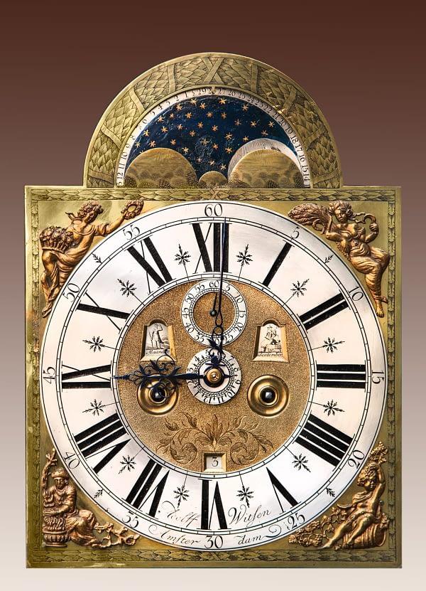 Amsterdams staand horloge Staand horloge met een noten- en wortelnoten-hout gefineerde kast. Gesigneerd Adolf Witsen, Amsterdam. Wijzerplaat.